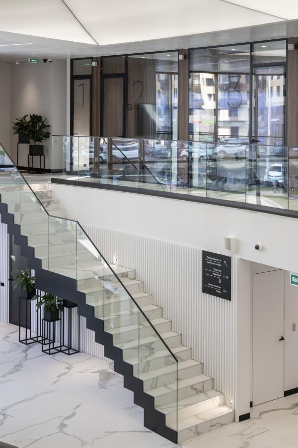 Переход между этажами. Офис продаж ЖК «Переделкино ближнее» Фотография © Даниил Аненков