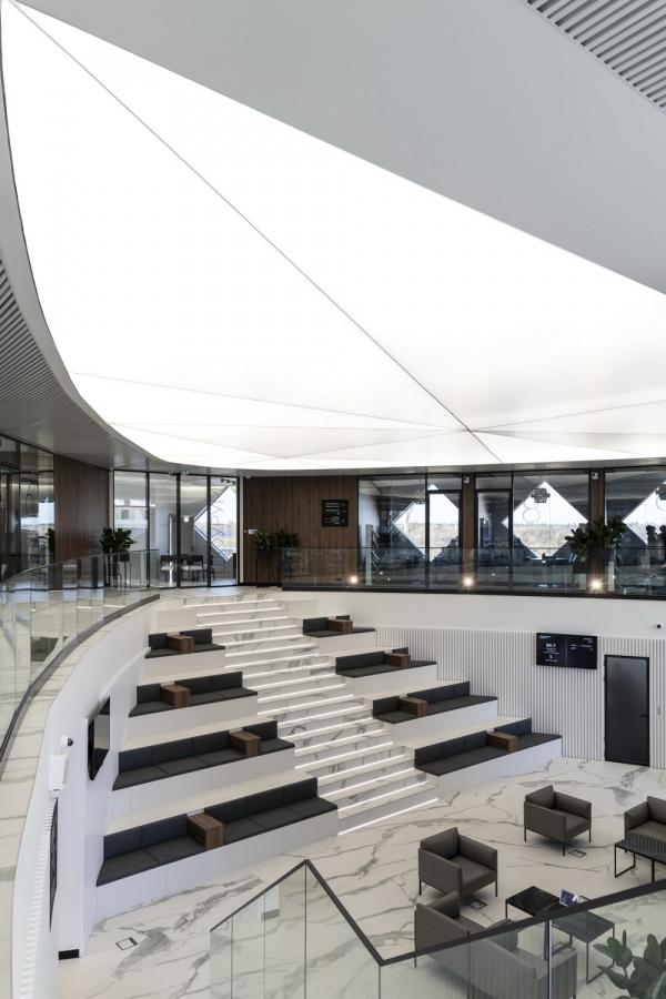 Взгляд на потолок для демонстрации треугольного объема. Офис продаж ЖК «Переделкино ближнее» Фотография © Даниил Аненков