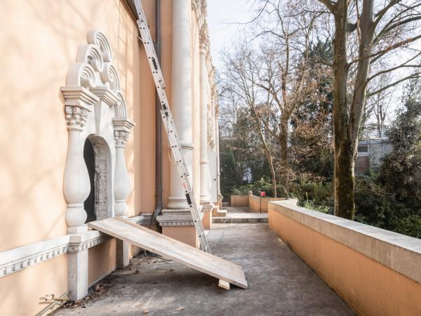 Окно, которое будет служить дверью на балкон. Павильон РФ в Джардини, работы по реконструкции, 02.2021 Фотография © _marcocappelletti