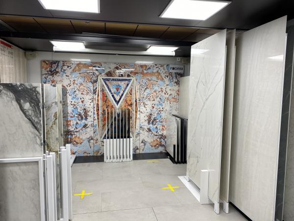 Центральный выставочный зал. Экспозиция плит большого формата    © Lucido