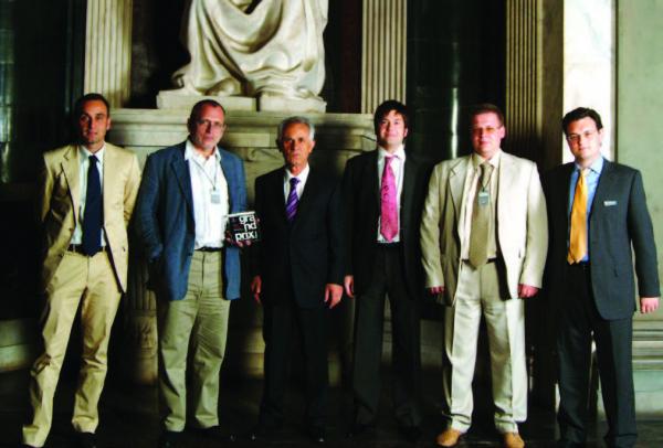 Церемония награждения Гран При CASALGRANDE PADANA. 2004-2006. Зал Пятисот. Палаццо Веккьо, Флоренция. обладатель 2-й премии – архитектор Борис Шабунин (второй слева). © Lucido