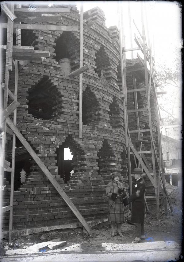 Архитектор К.С. Мельниковой с женой у строящегося дома. 1927 © Музей архитектуры им. А.В. Щусева