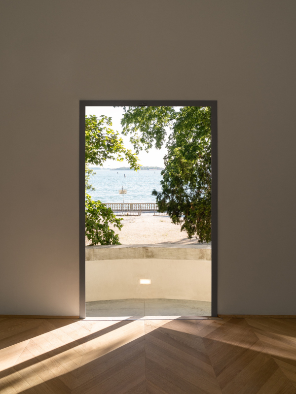 Вид из двери центрального зала на лагуну. Реконструкция павильона России на биеннале в Венеции, 2020-2021 / реализация / 05.2021 Фотография © Марко Каппеллетти