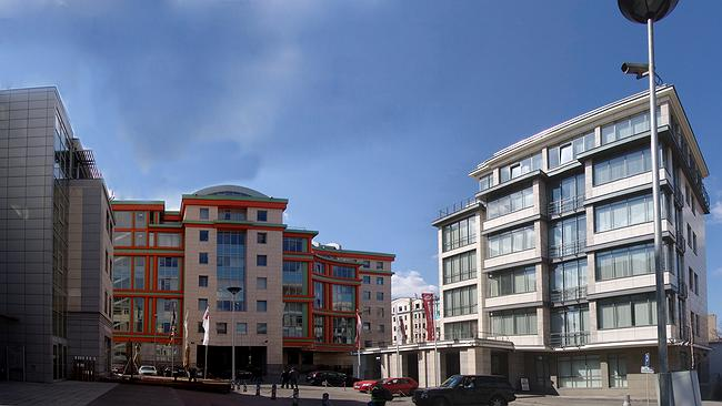 Слева–«Даймлер-Крайцлер», в центре–«Легион-I», справа–«Росгосстрах» © Архитектурная мастерская Павла Андреева