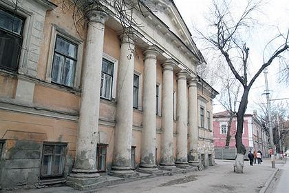 Статус памятника не спасает бывшую усадьбу саратовского купца Репина от влияния времени. Фото: Юрий Набатов