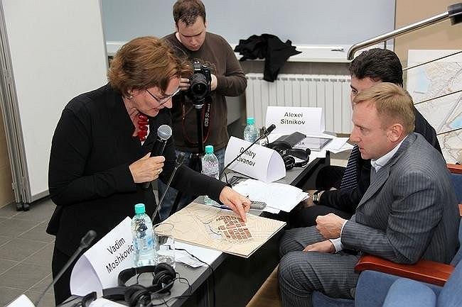 Архитектор Франсин Хубен представляет проект бюро Mecanoo членам жюри