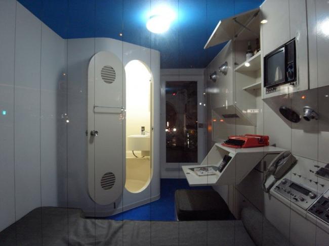 Интерьер квартиры-капсулы башни Накагин на выставке в музее Мори в Токио. Фото с сайта designboom.com