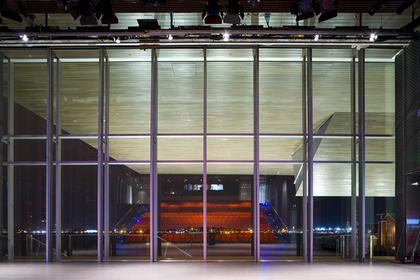 Институт современного искусства. Вид театрального зала через окно за сценой. Фото Iwan Baan.