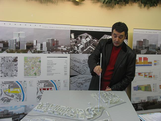 Владимир Плоткин показывает проект на Большой Почтовой. Фотографии Ирины Фильченковой.