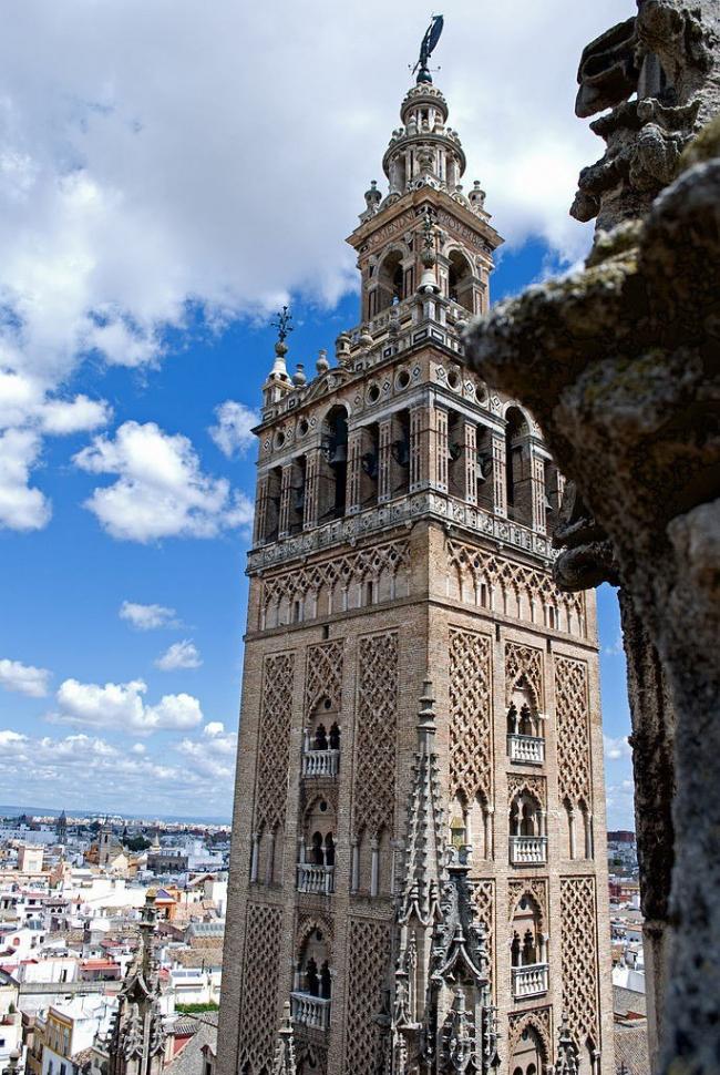 Минарет (ныне колокольня) Хиральда в Севилье. Фото Wikimedia Commons