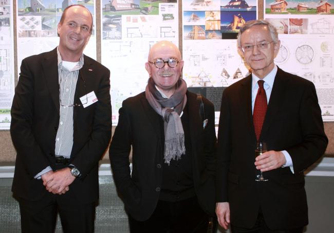 Слева направо: исполнительный директор компании VELUX Йеспер Франк Петерсен, профессор МАрхИ Евгений Асс, посол Дании в России Том Рисдаль Йенсень. Фотография Ларисы Талис.