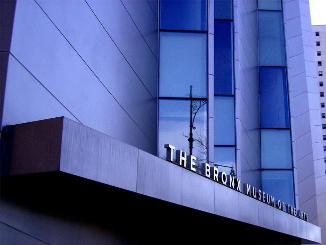 Музей искусств Бронкса. Фрагмент фасада. Фото: Jules Antonio via flickr.com. Лицензия CC BY-SA 2.0
