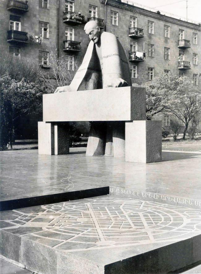Ереван, памятник А.Таманяну, 1973 ск. А.Овсепян, арх. С.Петросян. Фото предоставлено Кареном Бальяном