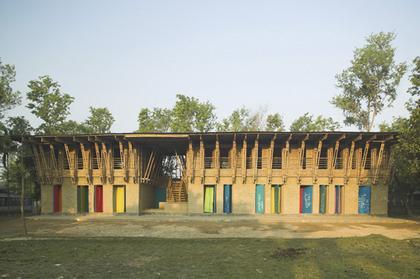 «Самодельная школа» в Рудрапуре, Бангладеш. Анна Херингер [Anna Heringer] и Айке Росваг [Eike Roswag], победители.