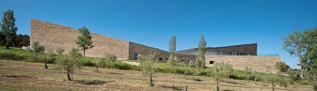 I место в номинации «Зеленые технологии», «Архитекторы»: VIRAI ARQUITECTOS (Испания), проект винодельни La Grajera. За глухой стеной из песчаника – винодельня, под ней, под землей – зал ферментации.