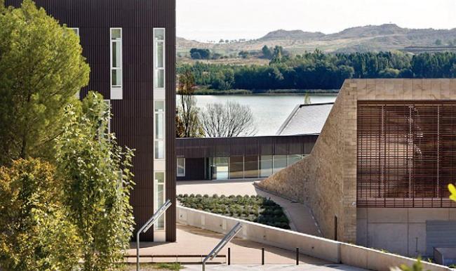 I место в номинации «Зеленые технологии», «Архитекторы»: VIRAI ARQUITECTOS (Испания), проект винодельни La Grajera.Холмистый рельеф перекликается с перепадом высоты и наклоном крыш винодельни.