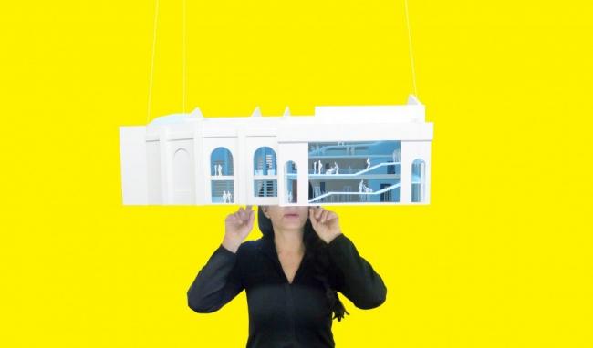 Институт Марины Абрамович. М. Абрамович с макетом здания © OMA