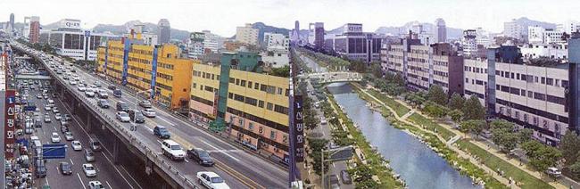 В Сеуле на территорию оживленной трассы отдали реке © Ян Гейл