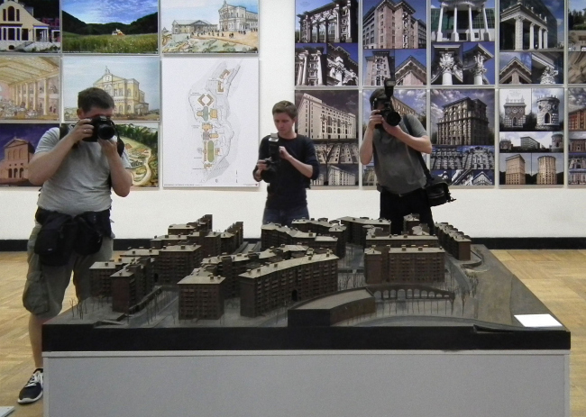 Фотографы над бронзовым макетом на выставке «Историзм»