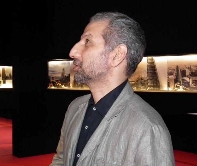 Куратор Левон Айрапетов на выставке «Слож(ен)ность»