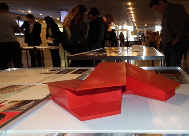 Самоидентификция архитекторов. Выставка «Я» (красный макет на стенде Тотана Кузембаева)
