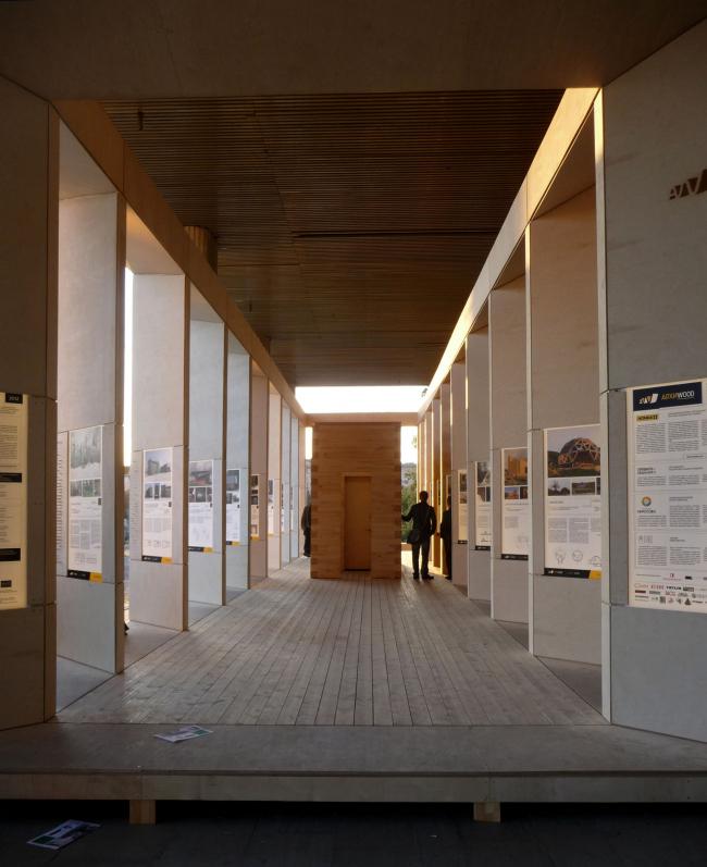 Павильон экспозиции АРХИWOOD перед входом в ЦДХ. Фотография Лизы Ильиной-Адаевой