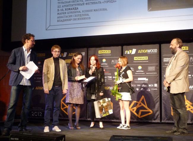 Приз «выбор народа» в номинации «Арт-объект» получает команда «Х-10» за Плотояхту. Фотография Лизы Ильиной-Адаевой