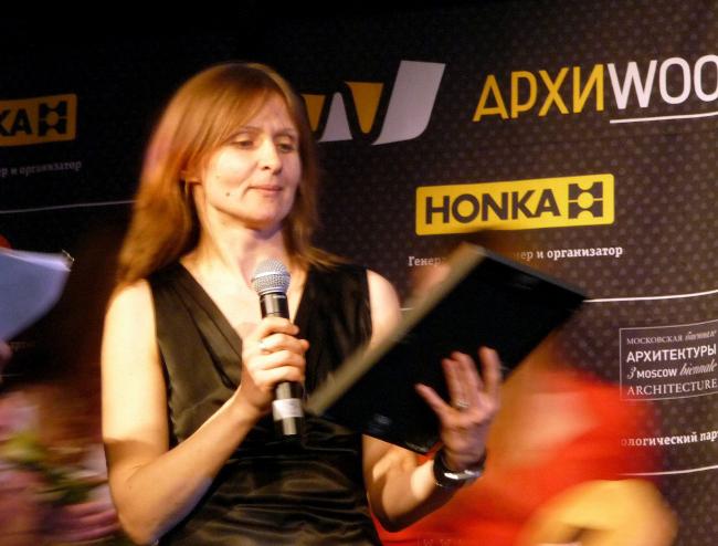 Премию вручает главный редактор портала «Экологическая архитектура» Лара Копылова. Фотография Лизы Ильиной-Адаевой
