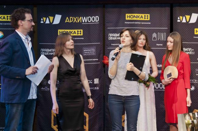 Представитель Darkdesigngroup получает приз за малый объект. Фотография Анны Пешковой