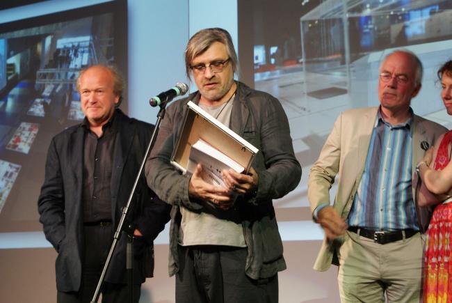 Алексей  Козырь получает награду на «Лучший архитектурный проект», проект воссоздания исторического здания банка товарищества П.М. Рябушинского. Фотография Лидии Оглоблиной