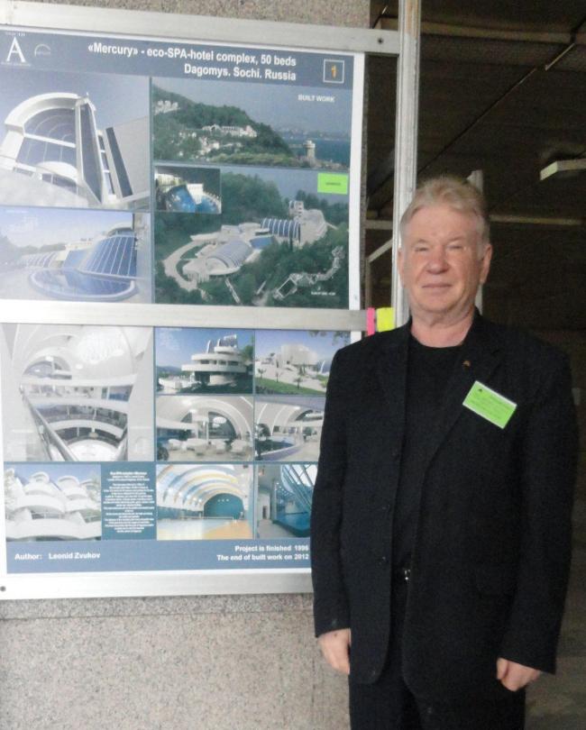 Архитектор Леонид Звуков на стенде своего проекта