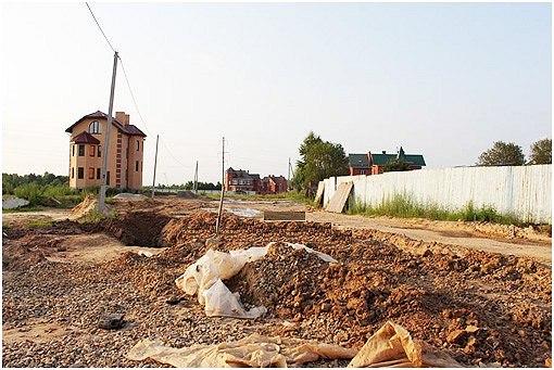 Стихийное возникновение полублагоустроенных поселений-сателлитов на хаотично отводимых пригородных землях. Источник: http://www.skyscrapercity.com/showthread.php?t=1081763&page=3