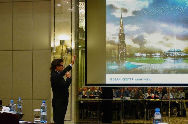 Риккардо Бофилл на фоне небоскреба нового Правительственного Центра.