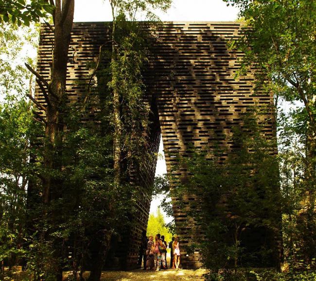 «Арка» Бориса Бернаскони. Вид со стороны леса.