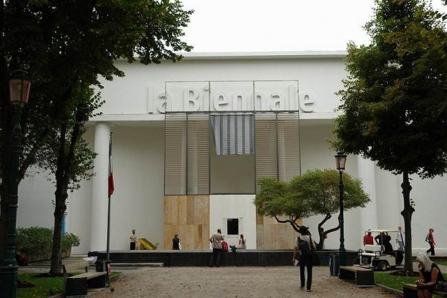 Центральный павильон с инсталляцией «Большой балкон»