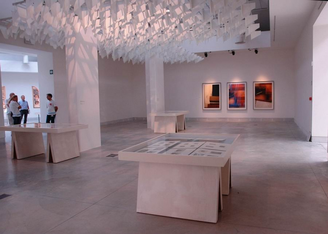 Выставка работ Томаса Деманда и архивных фото учебных моделей студентов ВХУТЕМАСа.