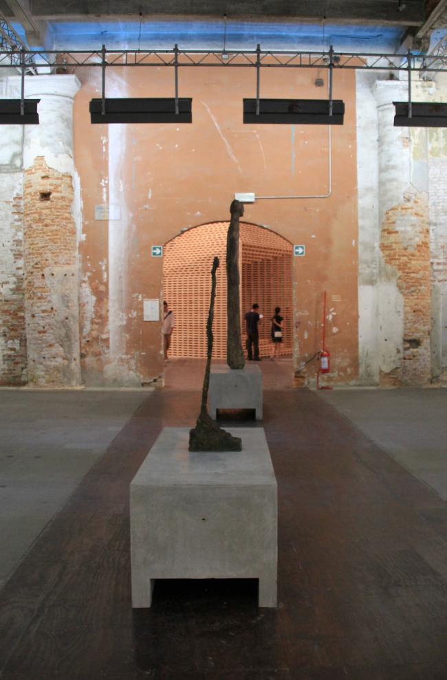 Зал Петера Мяркли. На первом плане скульптура Джакометти. Фотография Ю. Тарабариной