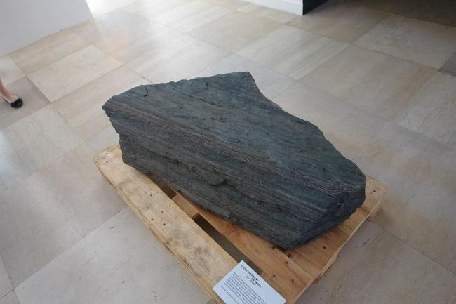 Павильон Дании. Фрагмент древнейшей осадочной породы на Земле - железная руда из месторождения близ Нуука. Фото Нины Фроловой