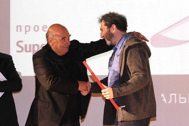 Массимилиано Фуксас поздравляет победителя конкурса на разработку лучшего проекта дверной ручки Михаила Лейкина. Фотография предоставлена компанией Триумфальная Марка
