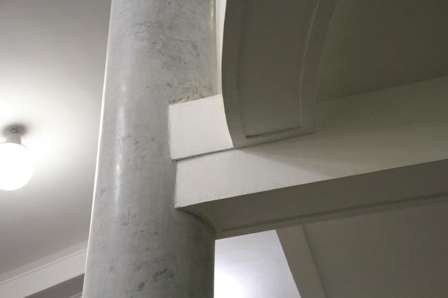 Перемычка, для надежности соединяющая пандус с колонной. Фотография Ю. Тарабариной