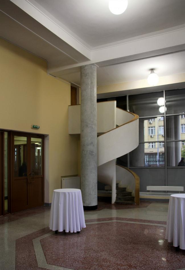 Подлинная винтовая лестница в углу вестибюля. Позднее такие лестницы стали излюбленным «красивым» приемом сторонников «чистого» модернизма. Фотография Ю. Тарабариной