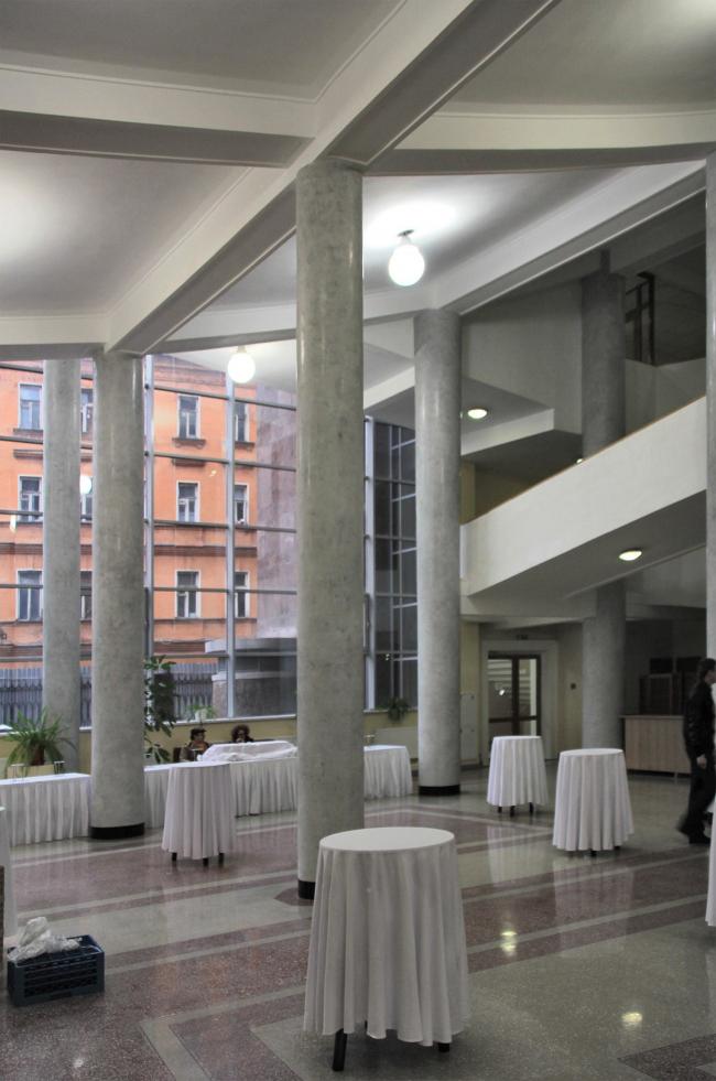 Колонны вестибюля. Фотография Ю. Тарабариной