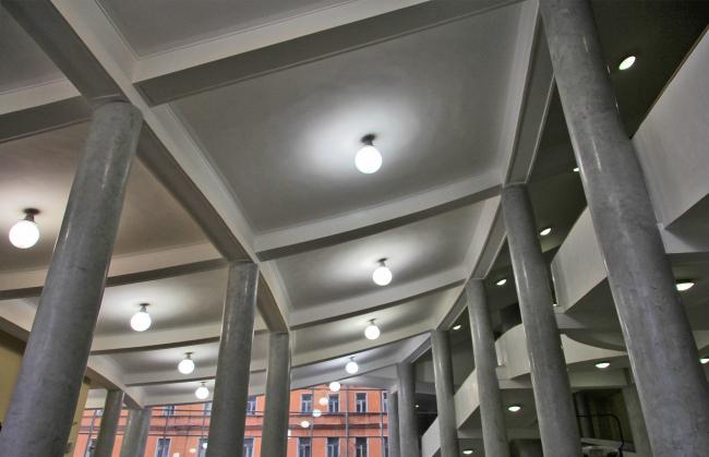 Потолок вестибюля повышается вверх плавно по кривой. Фотография Ю. Тарабариной