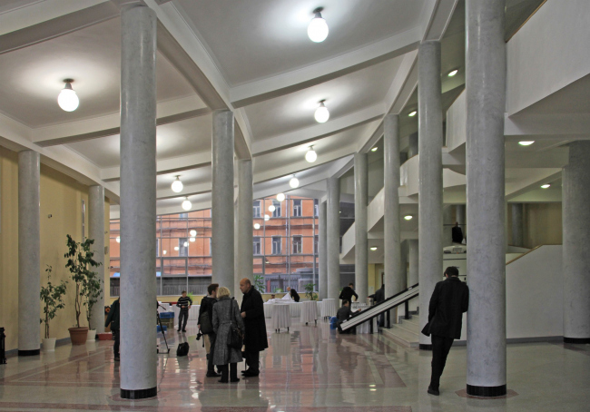 Интерьер вестибюля. В центре - Жан-Луи Коэн. Фотография Ю. Тарабариной