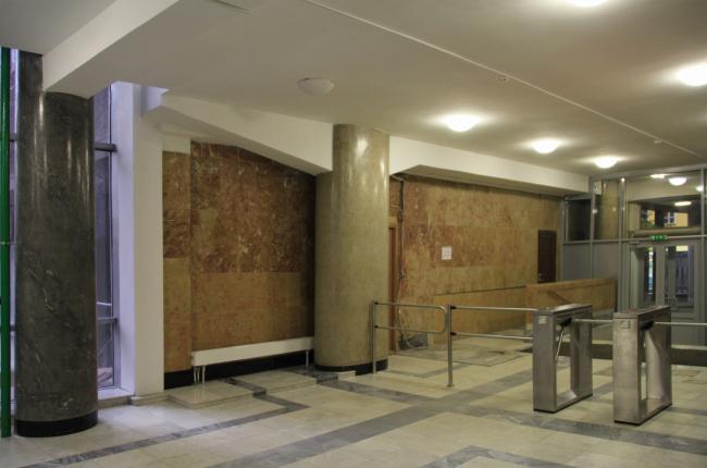 Вестибюль со стороны Мясницкой. Бывший главный вход, облицованный мрамором по желанию наркома Любимова. Фотография Ю. Тарабариной