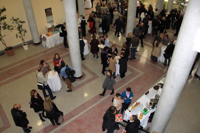 Празднование дня рождения Ле Корбюзье в вестибюле Центросоюза. Фотография Ю. Тарабариной