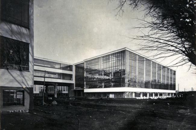 Вальтер Гропиус. Здание Баухауз в Дессау. 1926. Фотография Л. Мохой. Stiftung Bauhaus Dessau. Все архивные иллюстрации предоставлены галереей ВХУТЕМАС.