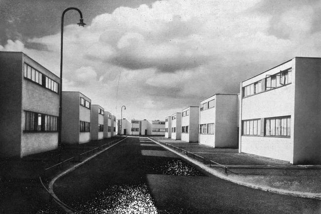 Вальтер Гропиус. Поселок Дессау-Тертен. 1928 г. / Gropius, Walter. Bauhausbauten Dessau. München, 1930