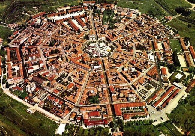 Редкий пример города XVI века, построенного по продуманному плану. Венецианская коммуна  Пальманова на севере Италии, архитектор Винченцо Скамоцци. Фото с сайта alcasale.eu