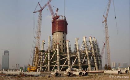 Телевизионная и смотровая башня Гуанчжоу. Фото в процессе строительства
